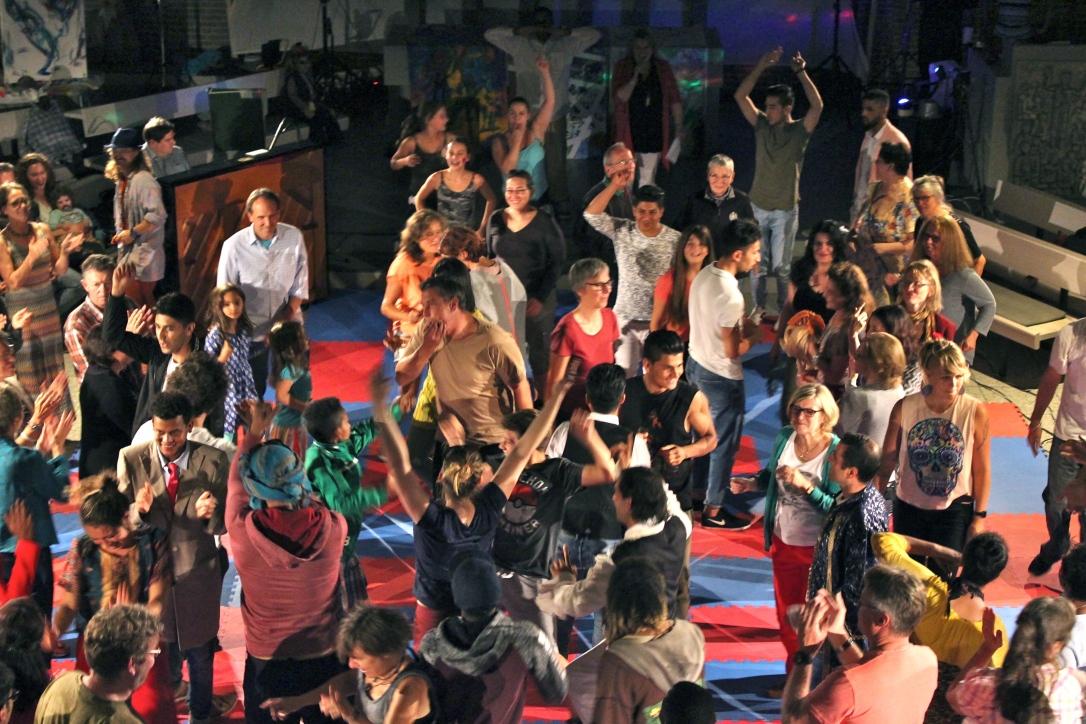 audience dancing farben performance 2017.JPG